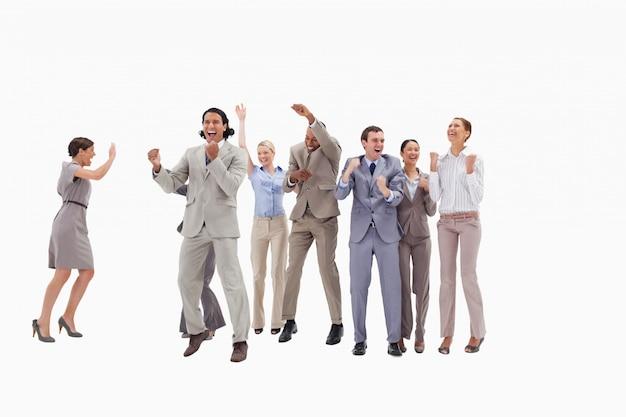 Zeer gelukkige bedrijfsmensen die en hun vuisten springen balken