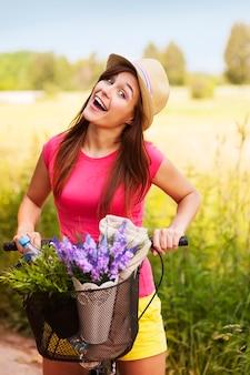 Zeer gelukkige vrouw tijd doorbrengen op de natuur