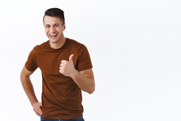 Zeer goede keuze, geweldig. knappe lachende, gelukkige volwassen man in bruin t-shirt, tevreden lachen