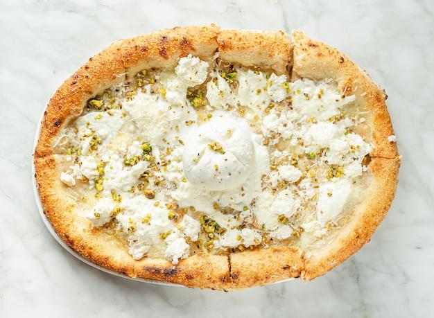 Zeer goedkope pizza van zes soorten kaas en pistachenoten