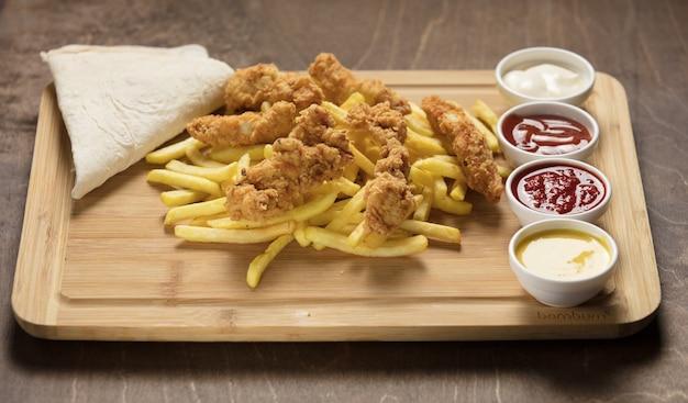 Zeer heerlijke huisgemaakte krokant gebakken kip met frietjes