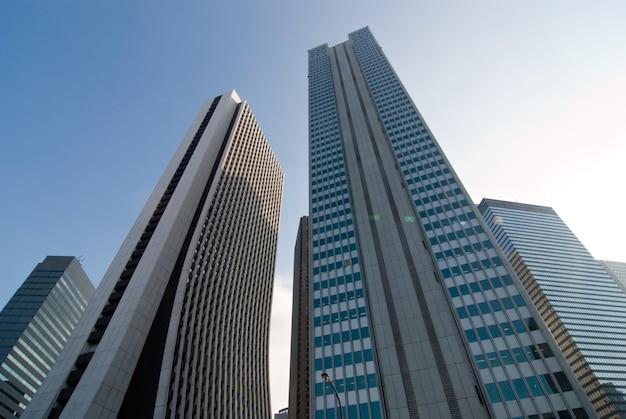 Zeer hoge gebouwen met groene lensflare-spots in de wijk shinjuku