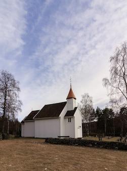 Zeer kleine houten kerk in hillestad in tovdal, aust-agder noorwegen