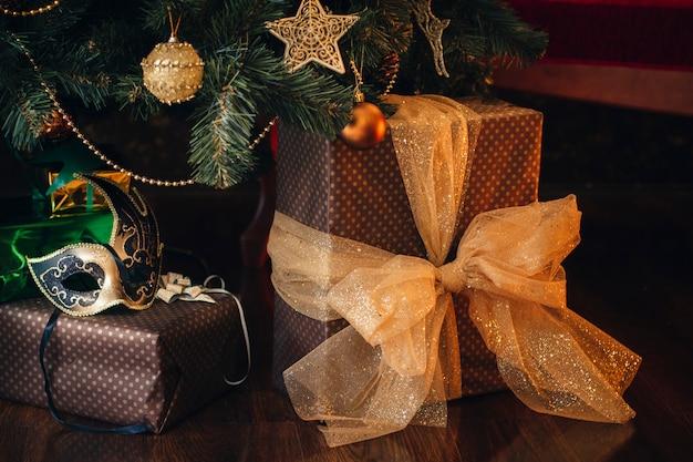 Zeer mooi kerstdecor in het huis, de stemming van de gelegenheid, nieuwjaar