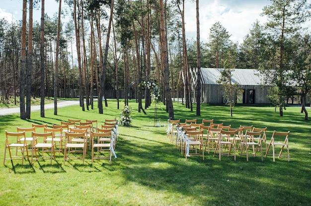 Zeer mooie buiten ceremonie klassieke bruiloft in bos metalen boog met bloemen