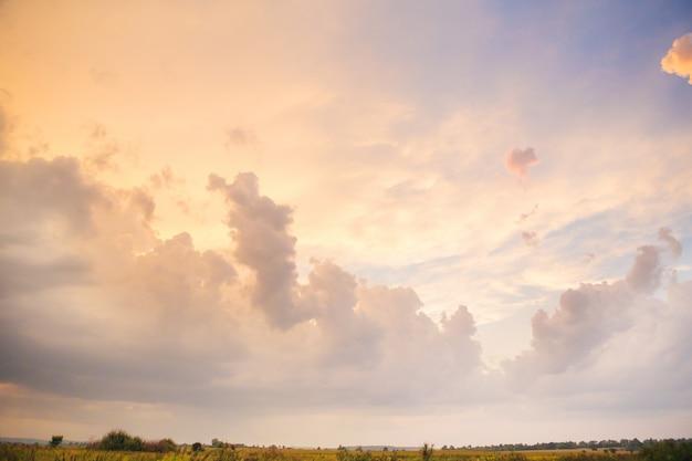Zeer mooie oranje zonsonderganghemel met wolken