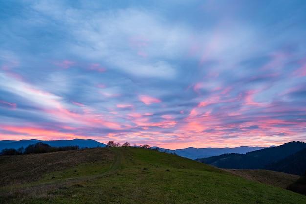 Zeer mooie roze-blauwe lucht in de fantastische bergen