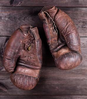 Zeer oude bruine bokshandschoenen