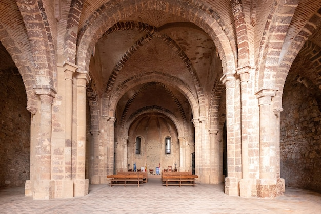 Zeer oude kerk met drie brede beuken bedekt met bakstenen gewelven en drie apsissen met spitsbogen