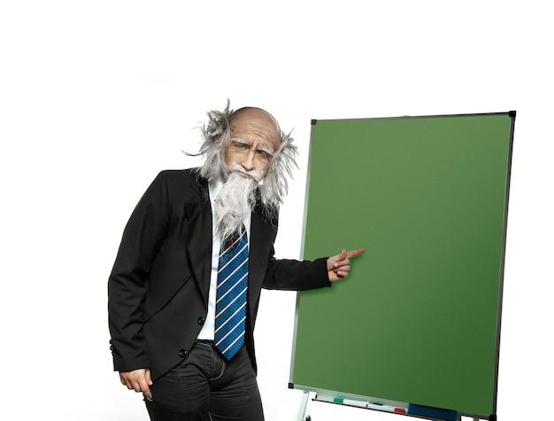 Zeer oude professor wijst naar het bord