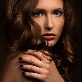 Zeer sexy vrouw toont haar natuurlijke uitstraling