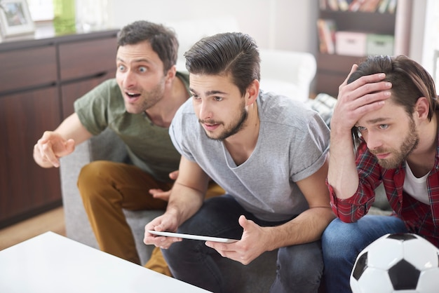 Zeer teleurgestelde mannen na een voetbalwedstrijd