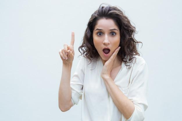 Zeer verbaasde vrouw die nieuws deelt