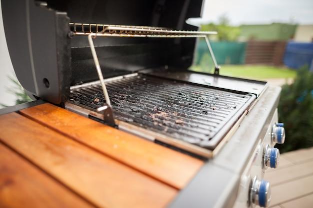 Zeer vervuilde moderne grill na het grillen in de zomer