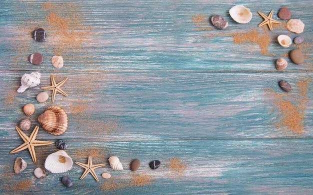 Zeeschelpen op een houten tafel