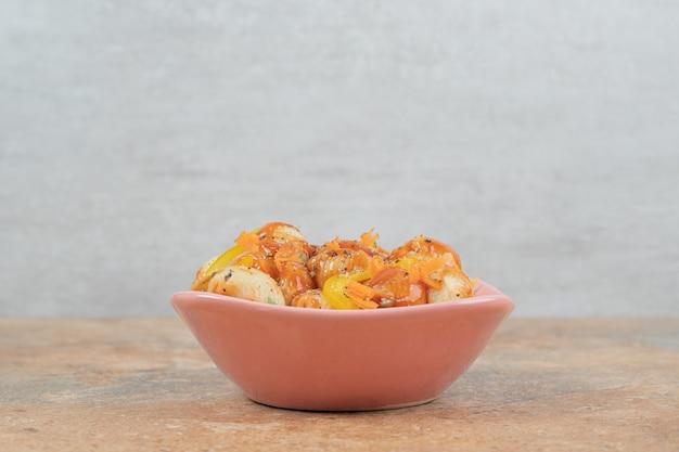 Zeeschelpvormige pasta in kom met tomatensaus