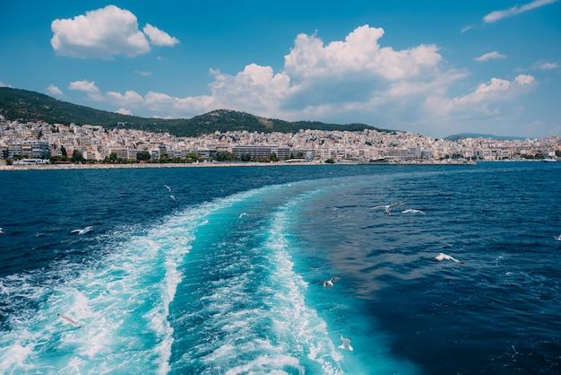 Zeespoor van de veerboot en meeuwen