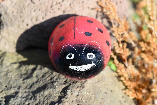 Zeesteen geschilderd als een lieveheersbeestjedecoratie voor een tuin