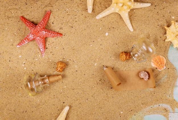 Zeester en zeeschelpen op oceaanzand