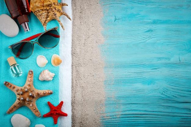 Zeester, kiezels en schelpen liggend op een blauwe houten oppervlak