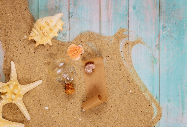 Zeester met schelpen op zee zand op blauwe houten oppervlak