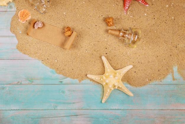 Zeester met schelpen op zee zand