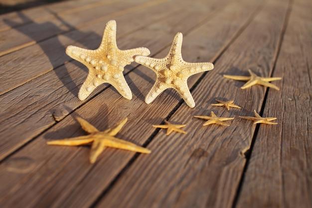 Zeesterren op een pier gemaakt van houten planken