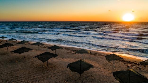Zeestroming zwemt tegen de golven op de prachtige zee