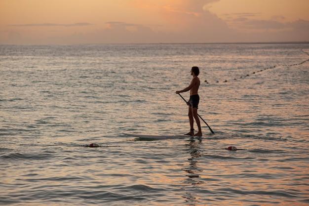 Zeesurfer bij zonsondergang in bayahibe, dominicaanse republiek