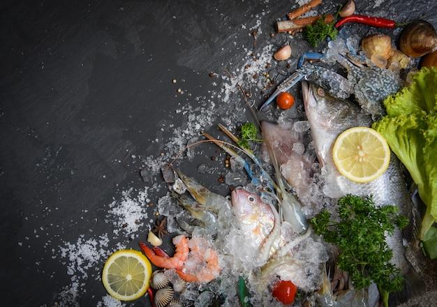 Zeevruchten bord met schaal-en schelpdieren garnalen garnalen krab shell kokkels mossel inktvis octopus en vis oceaan gastronomisch diner