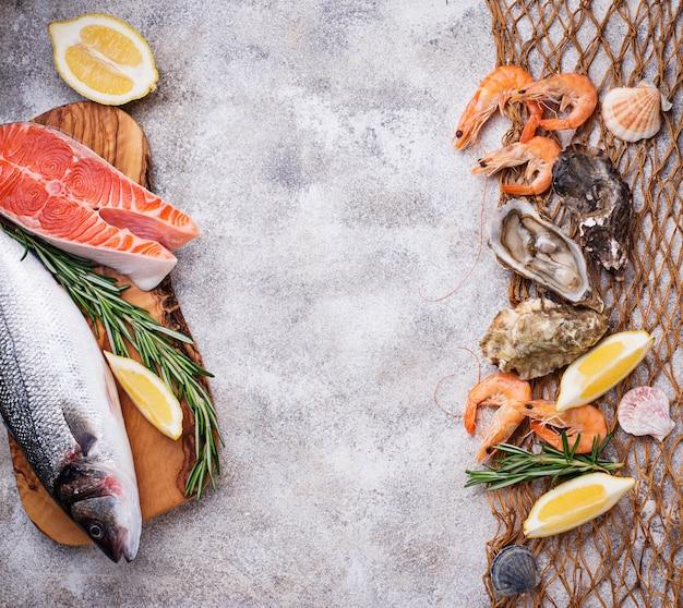 Zeevruchten concept. vis, garnalen en oesters.