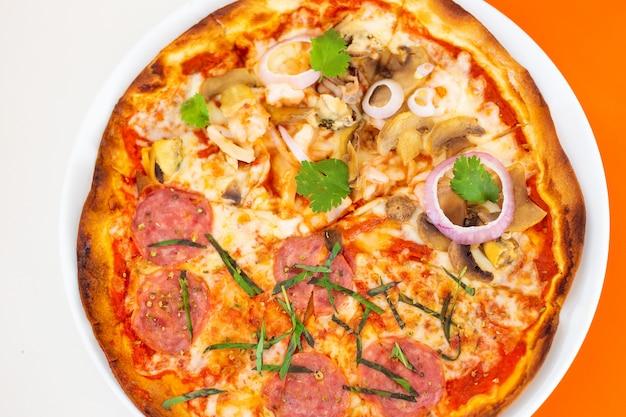 Zeevruchten en pepperonispizza op dunne korst