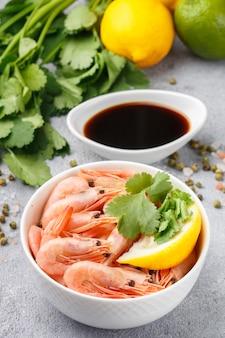 Zeevruchten, garnalengarnalen met citroen