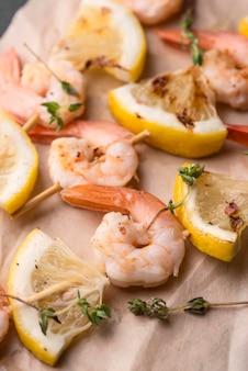 Zeevruchten, garnalenspiesjes en citroen