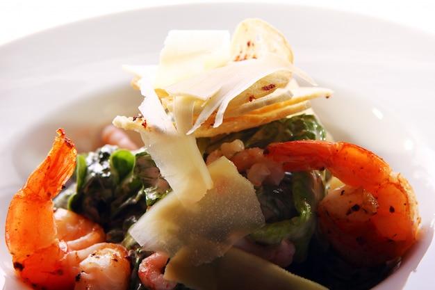 Zeevruchten gastronomische salade met garnalen