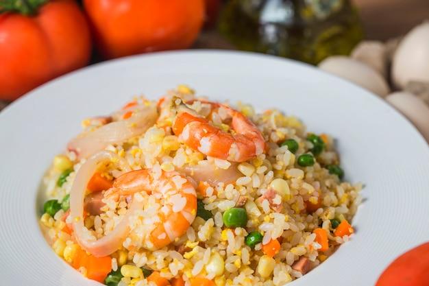 Zeevruchten gebraden rijst met garnalen