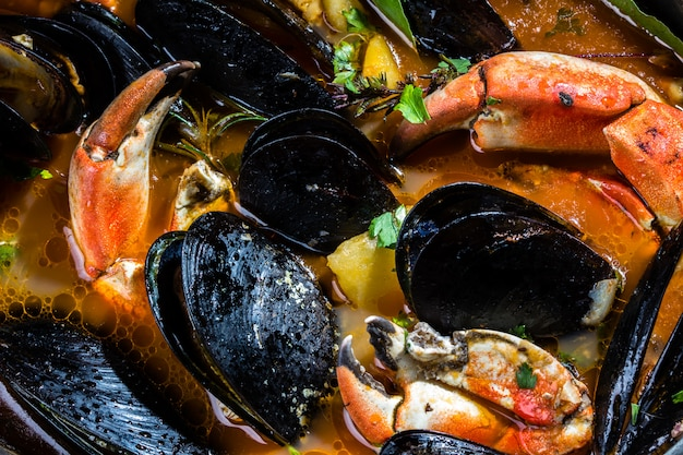 Zeevruchten mosselen krabben soep in metalen pot
