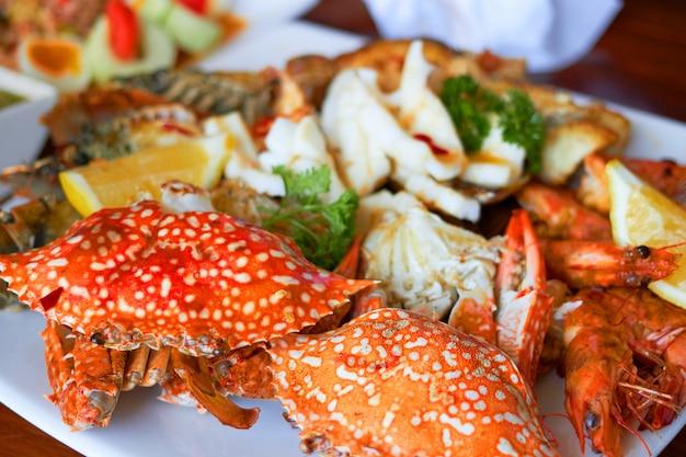 Zeevruchten op een groot bord zijn onder andere garnalen