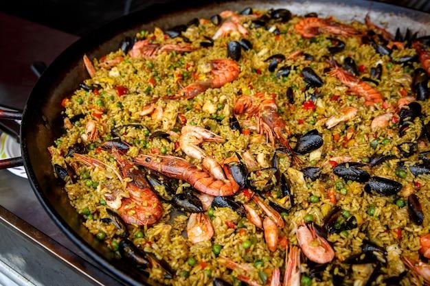 Zeevruchten. paella met rijst, langoustine, mosselen, inktvis, garnalen