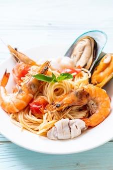 Zeevruchten pasta spaghetti met tweekleppige schelpdieren, garnalen, squis, mossel en tomaten