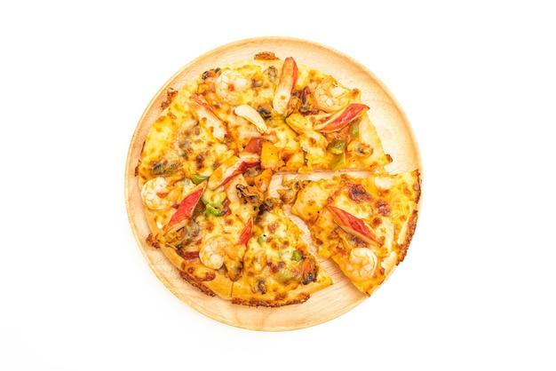 Zeevruchten pizza op houten dienblad geïsoleerd