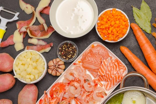Zeevruchten, room en groenteningrediënten voor het koken van clam chowder-soep.