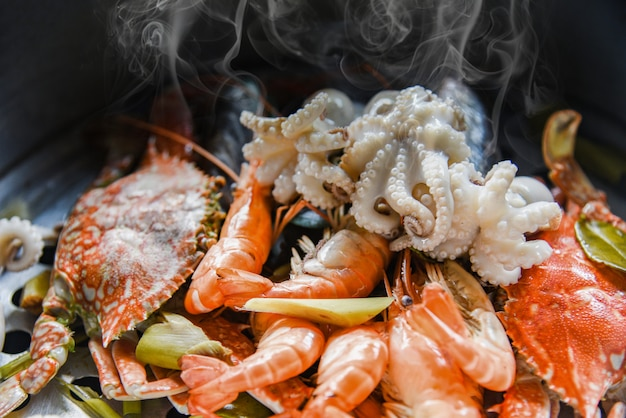 Zeevruchten schaal schelpdieren met stomende garnalen garnalen mosselen gekookt in hete pot
