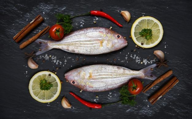 Zeevruchten vis plaat gastronomische diner verse rauwe vis met kruiden en specerijen
