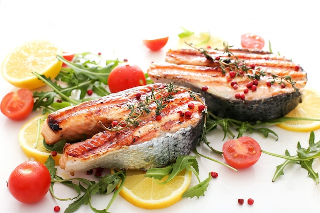 Zeevruchten vis - voedsel groenten citroenen en tomaten
