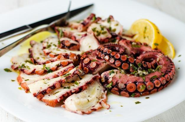 Zeevruchten voorgerecht. octopus carpaccio op witte plaat. mediterrane delicatesse. selectieve aandacht
