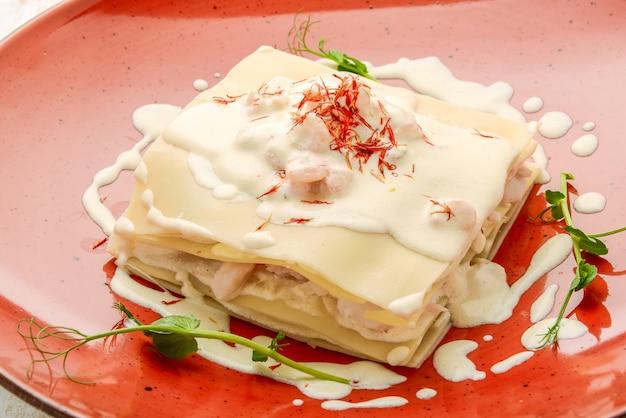 Zeevruchtenlasagne met zalm en witte saus