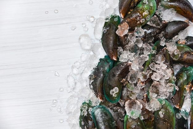 Zeevruchtenmossel op ijsachtergrond verse ruwe groene mosselen oceaan gastronomisch