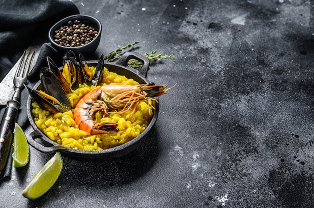 Zeevruchtenpaella met garnalen en mosselen