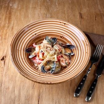 Zeevruchtenpasta - spaghetti met kokkels, garnalen, zeeschelpen.